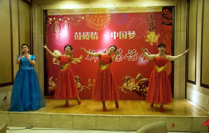 草裙堂礹c._《欢聚一堂》拉开了联谊会的序幕;会员徐蕴惠领舞的《夏威夷草裙舞》